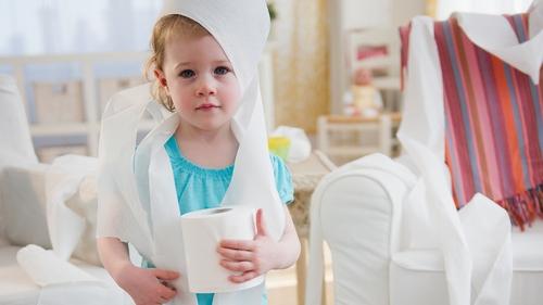 ребенок в туалетной бумаге