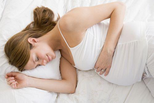 беременная девушка спит