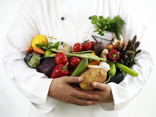 продукты в руках у повара