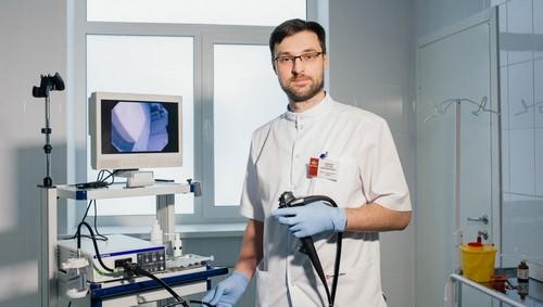 доктор проводит гастроскопию желудка