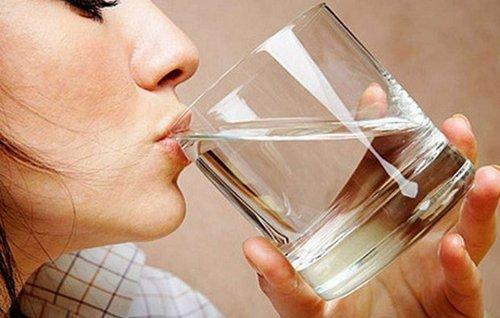 девушка пьет соленую воду