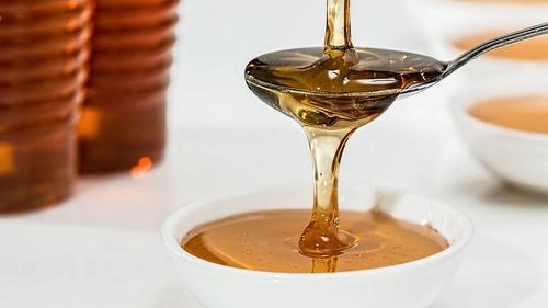 мед льется в чашку