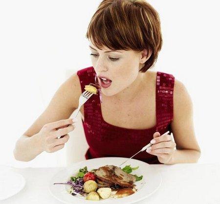 девушка кушает