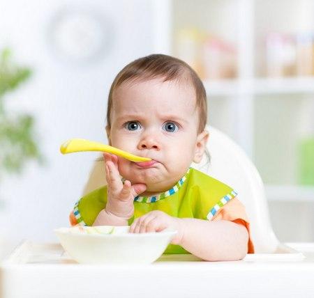 удивленный ребенок за столом